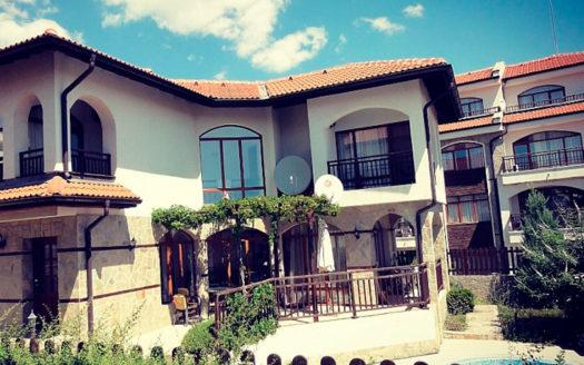 villa s bassejnom v aheloj